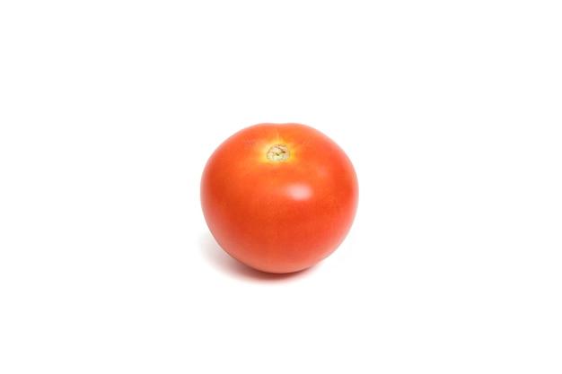 Pomodoro rosso fresco isolato su sfondo bianco.