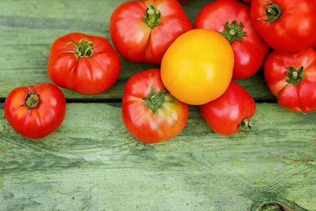 Pomodori rossi freschi su legno vecchio.