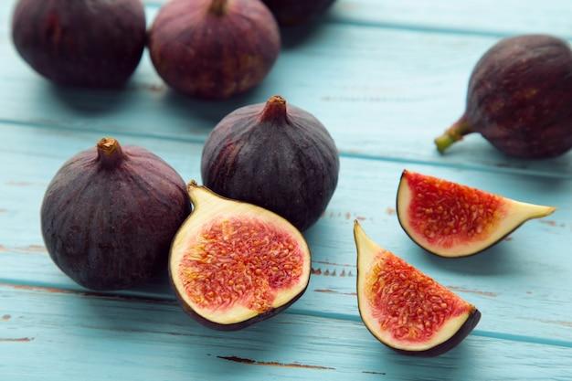 Fichi maturi freschi su fondo di legno blu. frutta tropicale