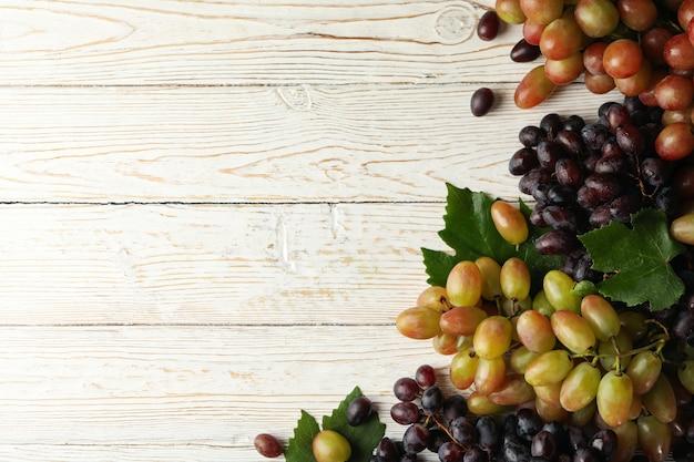Uva matura fresca su legno bianco