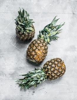 Ananas maturo fresco con foglie. sulla tavola rustica