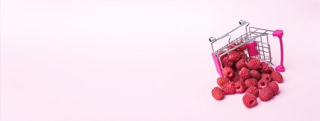 Lamponi maturi freschi nel collage panoramico del carrello del supermercato, concetto di alimentazione sana, cibo