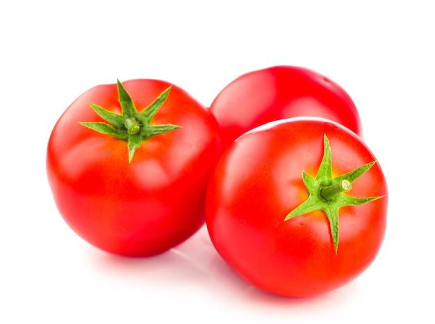 Pomodori rossi maturi freschi su priorità bassa bianca.