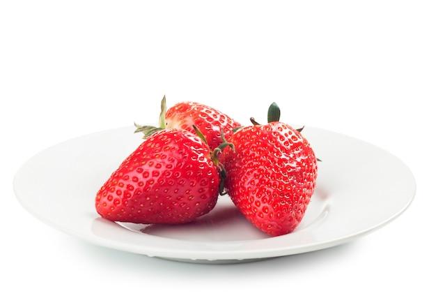 Fragole mature fresche su un piatto