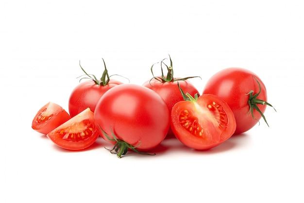 Pomodori maturi freschi isolati su fondo bianco