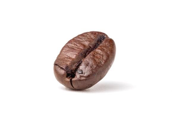Chicchi di caffè arabica marrone scuro arrostiti freschi isolati