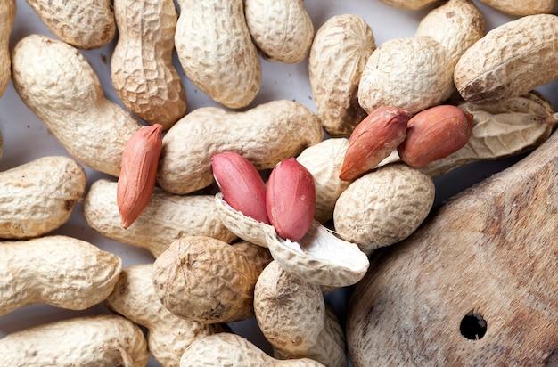 Arachidi fresche tostate, deliziose arachidi sul tavolo, arachidi secche e tostate non richiedono ulteriore lavorazione, primo piano