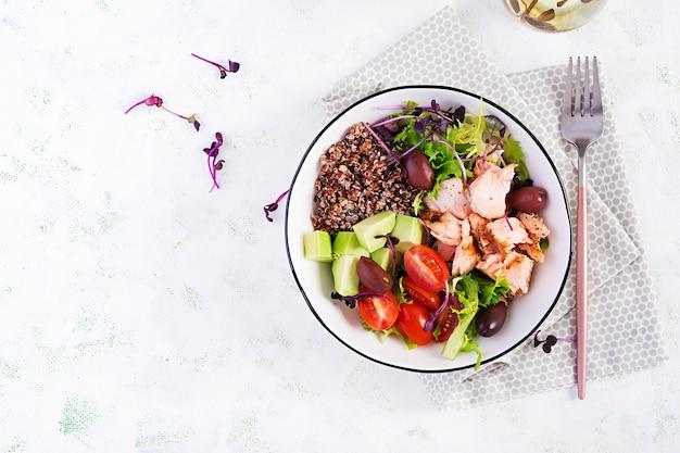 Insalata fresca con salmone grigliato, avocado, pomodorini, lattuga, quinoa, olive e microgreens