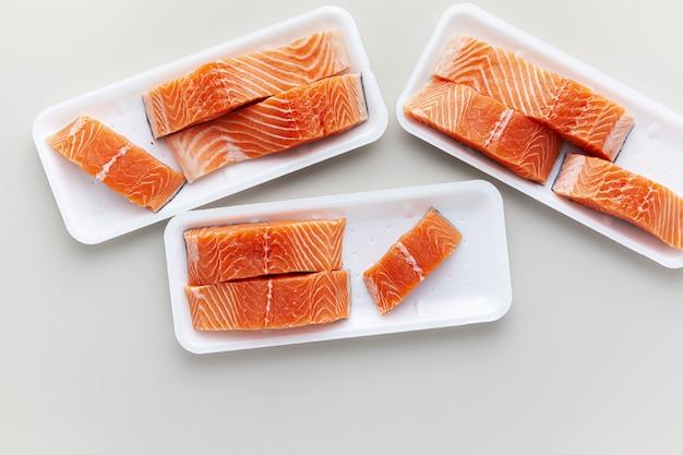 Salmone fresco, tagliato a pezzi e pronto per la cottura.
