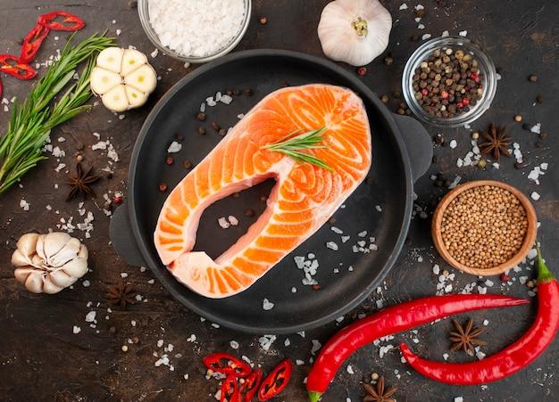 Filetto di salmone fresco con spezie in padella