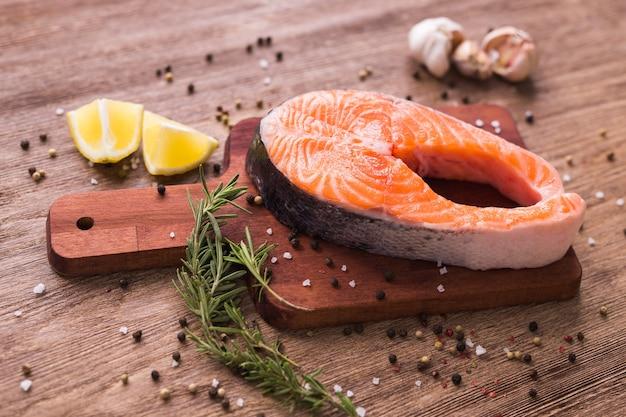 Filetto di salmone fresco su una tavola. dieta, vitamine omega e concetto di frutti di mare.