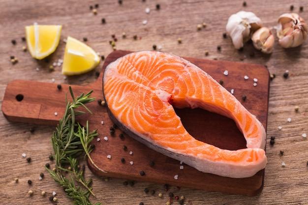 Filetto di salmone fresco su una tavola, cibo da vicino, vista dall'alto. dieta, vitamine omega e concetto di frutti di mare.