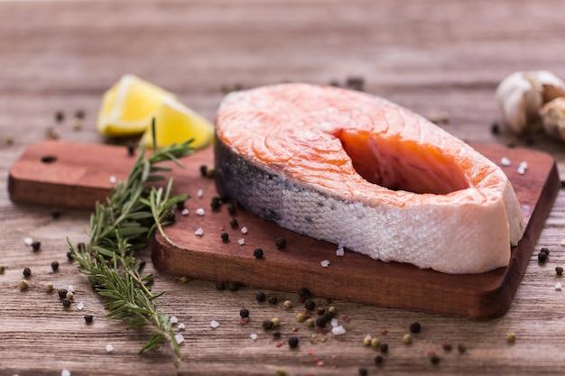 Filetto di salmone fresco su una tavola