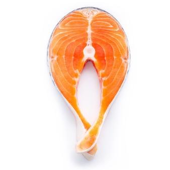 Filetto di salmone fresco affettato isolato su sfondo bianco. pezzo di bistecca di salmone fresca tagliata piatta su sfondo bianco.