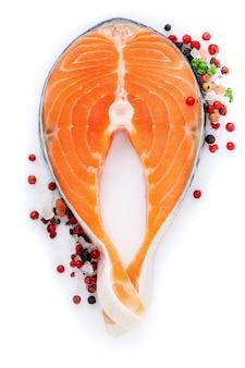 Filetto di salmone fresco affettato isolato su sfondo bianco