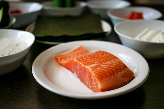 Filetto di color salmone fresco sulla zolla bianca