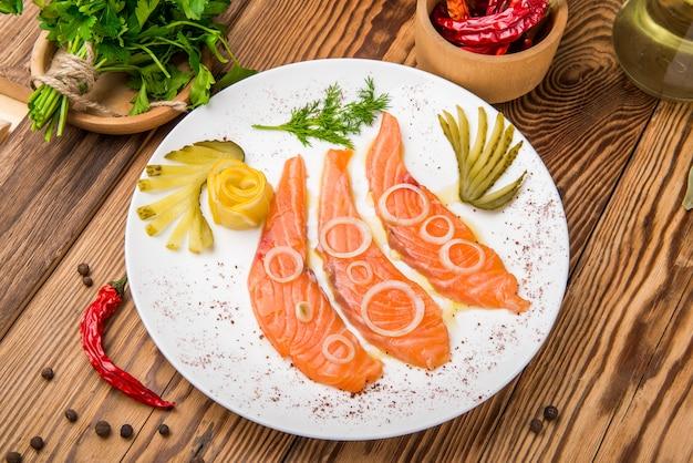 Filetto di salmone fresco alle erbe aromatiche, spezie, sale rosa e limone.