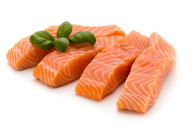 Filetto di color salmone fresco con basilico isolato