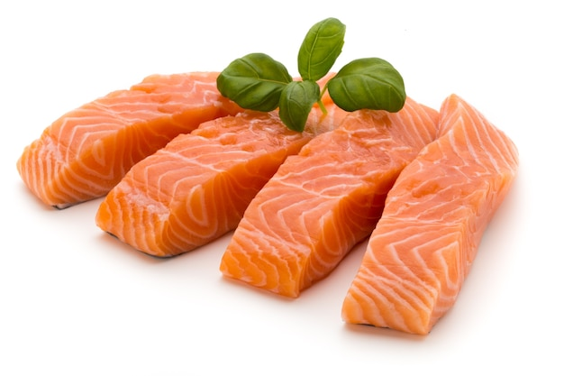 Filetto di salmone fresco con basilico sul bianco