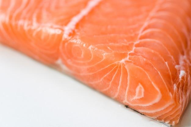 Pesce salmone fresco, pesce di filetto di salmone crudo da vicino per sashimi o bistecca