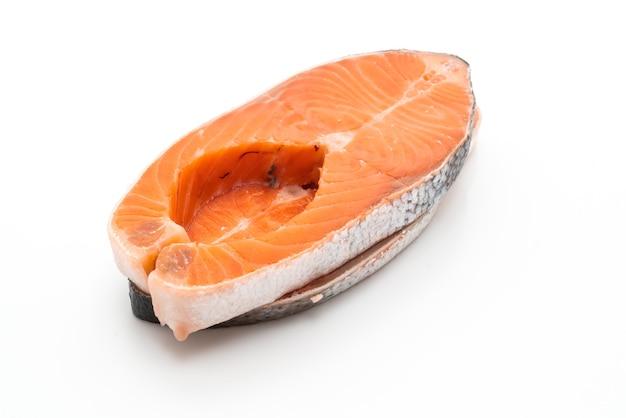 Salmone fresco crudo isolato su sfondo bianco