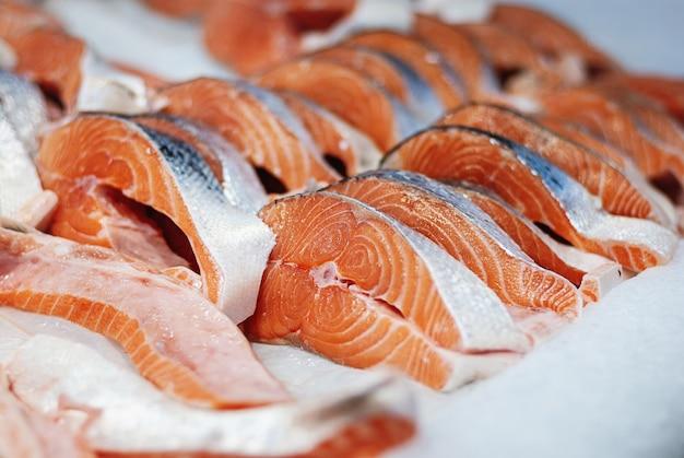 Pali di salmone fresco su ghiaccio al mercato del pesce