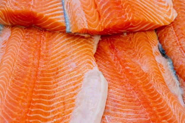 Tranci di salmone fresco. vendita di pesce in un supermercato.