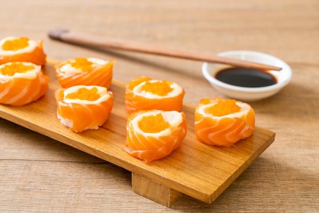 Rotolo di sushi al salmone fresco con maionese e uova di gamberetti