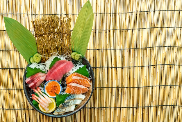 Tonno al salmone fresco e sashimi crudo di hamachi