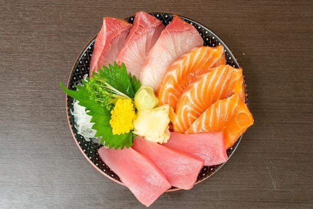 Salmone fresco, tonno e hamachi su ciotola di riso sormontata (donburi)