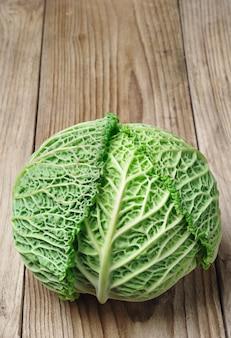 Verza fresca su tavola di legno
