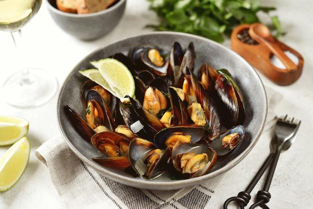 Cozze di mare fresche al vino bianco con cipolle, aglio e coriandolo