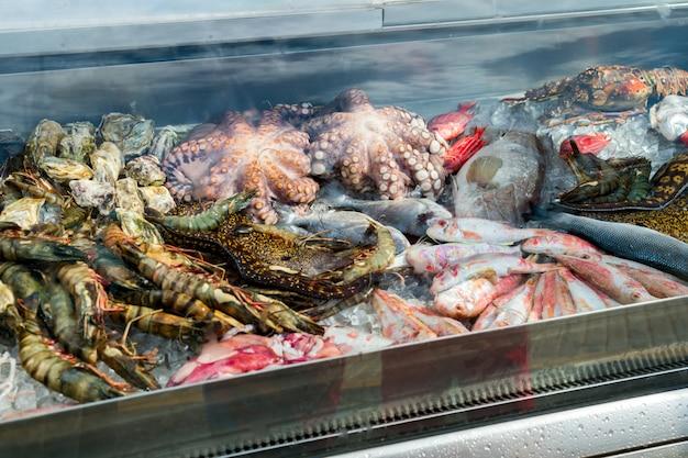 Frutti di mare freschi nella vetrina del frigorifero