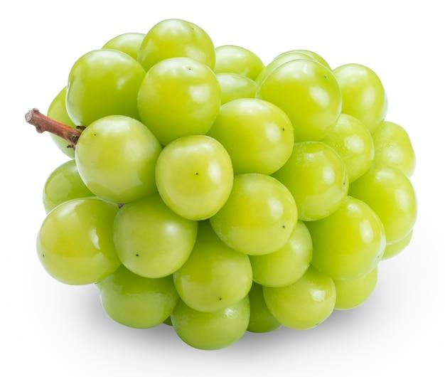 Uva fresca del moscato di lustro isolata su bianco.
