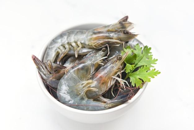 Gamberetto fresco sulla ciotola isolata sulla parete bianca - gamberetti crudi per la cottura dei frutti di mare