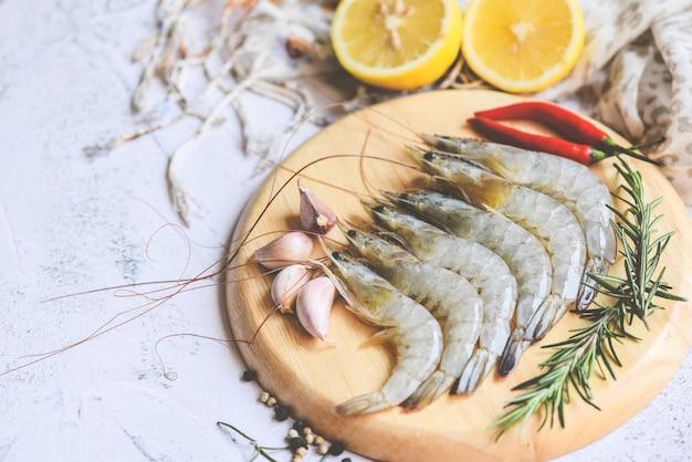 Frutti di mare freschi del gamberetto con le erbe e la spezia pronti per alimento cotto, gamberetti crudi dei gamberetti sul piatto di legno