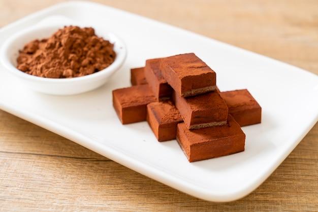 Cioccolato fresco e morbido con cacao in polvere