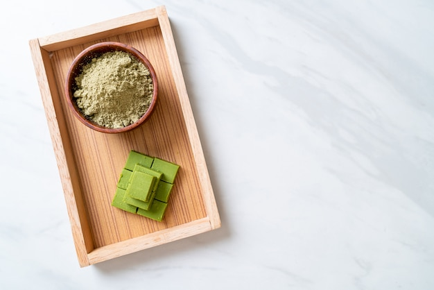 Tè verde matcha fresco e morbido al cioccolato con tè verde matcha in polvere