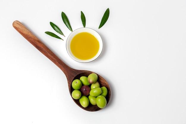 Olio extra vergine di oliva spagnolo fresco con olive