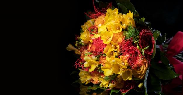 Mazzo fresco della molla delle fresie e delle rose gialle