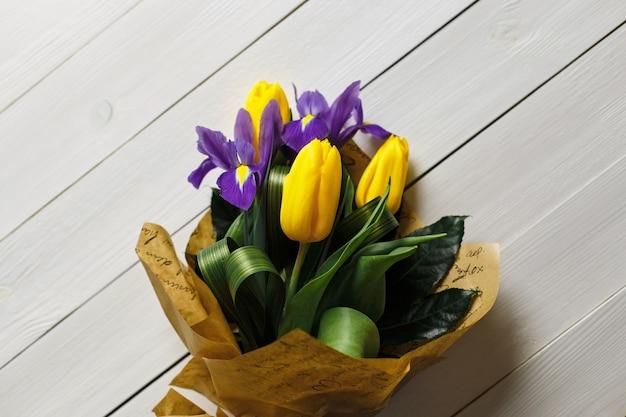 Primavera fresca bouquet di tulipani gialli su uno sfondo di legno