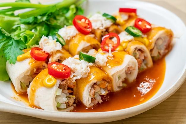 Involtino primavera fresco con granchio e salsa e vagetable - stile di cibo sano