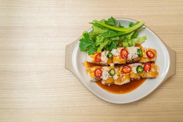 Involtino primavera fresco con granchio e salsa e vagetable - stile alimentare sano
