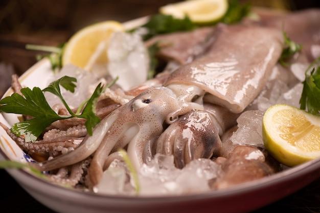 Calamari freschi in vendita sul mercato da vicino