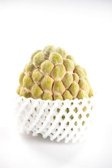 Frutta fresca della mela dello zucchero (custard apple), sweetsop su priorità bassa bianca Foto Premium