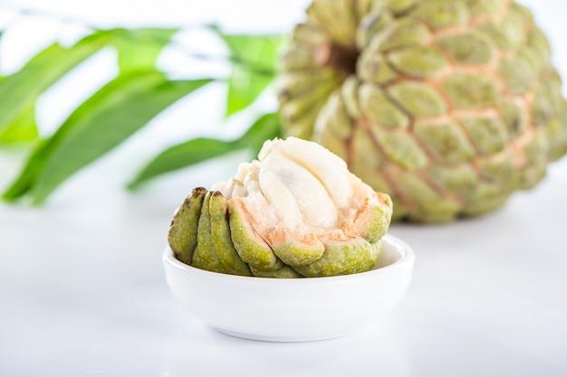 Frutta fresca della mela dello zucchero (custard apple), sweetsop su priorità bassa bianca