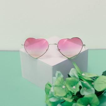Accessori estivi freschi. moda alla moda degli occhiali da sole. design minimalista