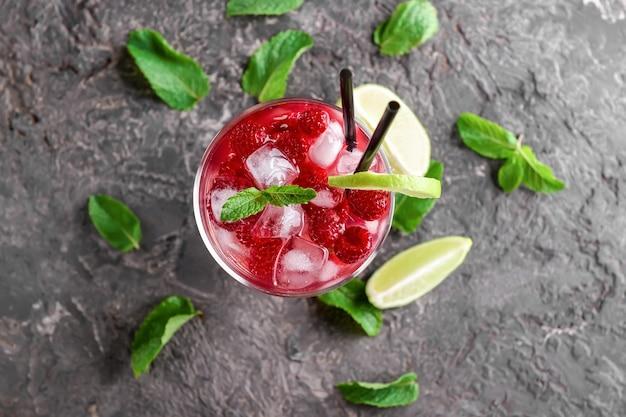Cocktail estivo fresco in vetro sul tavolo grigio