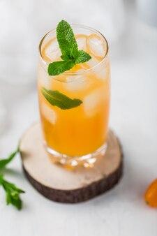 Fresco cocktail estivo con succo d'arancia e cubetti di ghiaccio. bicchiere di aranciata