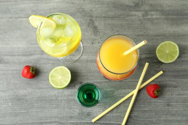 Cocktail estivi freschi sul tavolo grigio strutturato